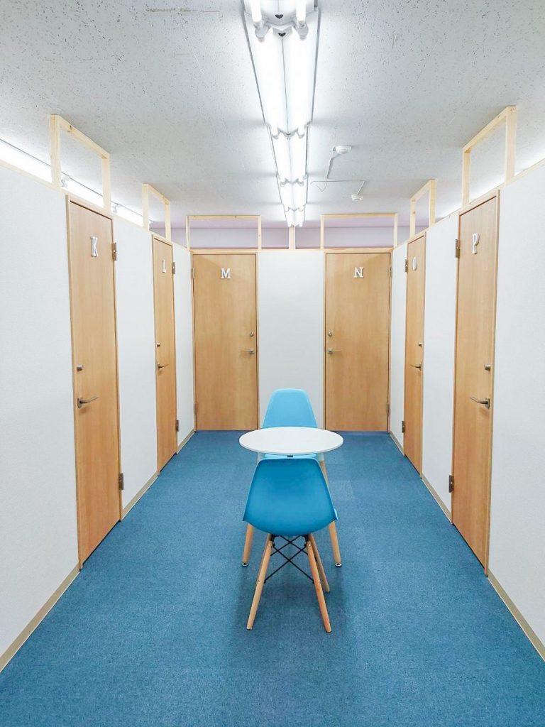 レンタルオフィスコルメ柏3階の共用部柏椅子設置後